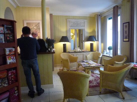 Hotel de l'Avre: hotel lobby