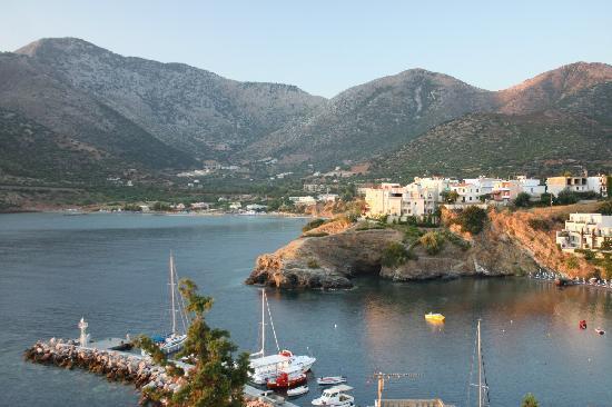 Villa Vasilis: Вид из отеля на бухту и рыбацкий порт.