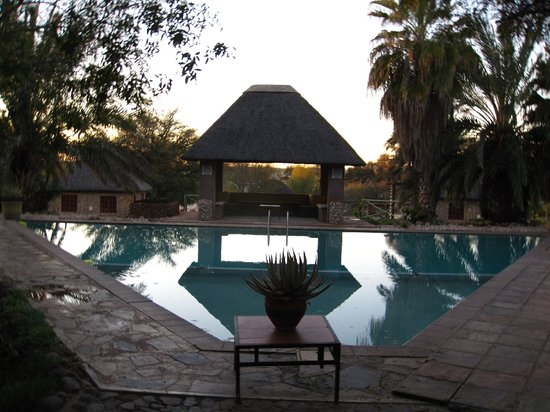 Molopo Kalahari Lodge: swimming pool