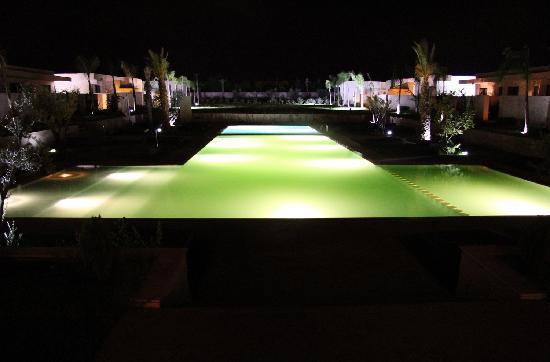 สิรายานบูติกโฮเทลแอนด์สปา: A night view of the pool