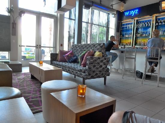 Aloft Phoenix-Airport: lobby & bar