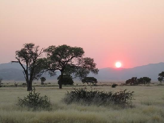 Namib Desert Lodge: alba dal bungalow 49