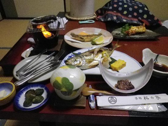 Ryokan Matsunoya: ボリュームたっぷりの夕食。この他にもまだまだ並べられます。