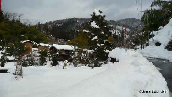 Shakudoji Temple: 集落は雪に埋もれて
