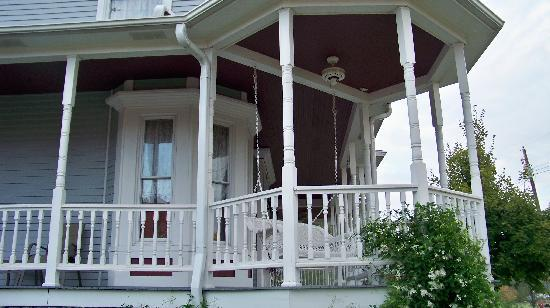 Eagle Hill Manor Bed & Breakfast: Wide porch swing