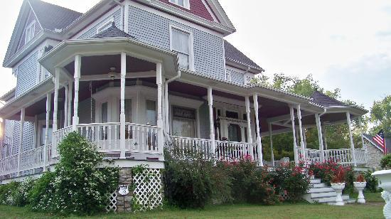 ‪‪Eagle Hill Manor Bed & Breakfast‬: Wrap around porch.‬
