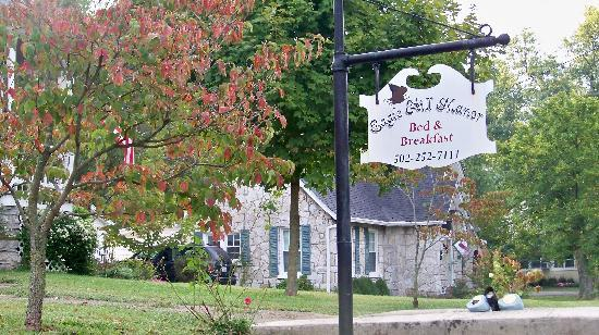 ‪‪Eagle Hill Manor Bed & Breakfast‬: Manor sign with their small cottage in backround‬