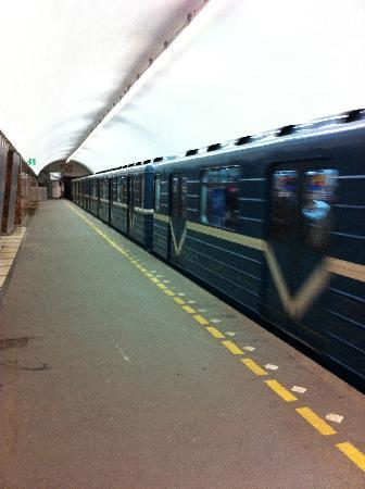 Moskovskiy Metropoliten: in late night by luck no one waiting