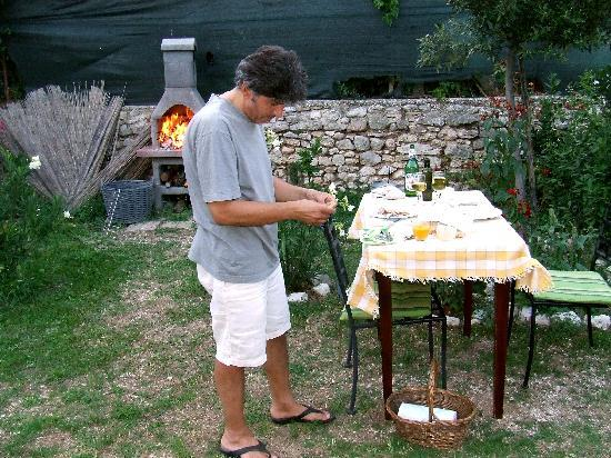 La Palombaia - Holiday Homes: ll tavolo trasportato vicino al barbecue