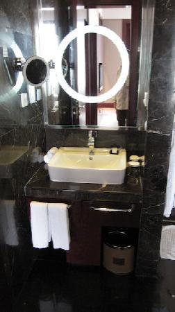 ฮิลตั้น ปักกิ่ง แคพพิทอล แอร์พอร์ต โฮเต็ล: Salle de bains ...