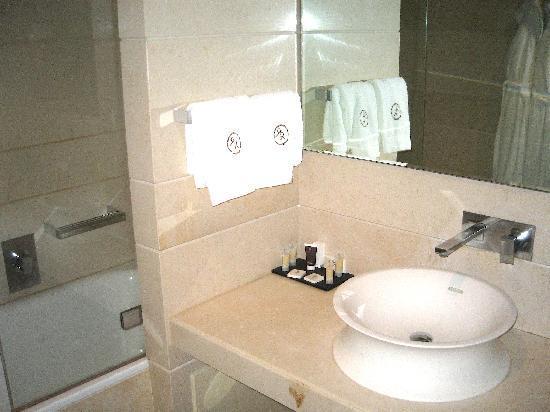 ไรซอร์จิเม็นโต รีสอร์ท: The bathroom!!