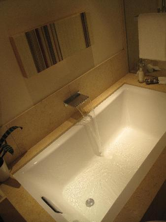 Rosewood Sand Hill: Deep bathtub