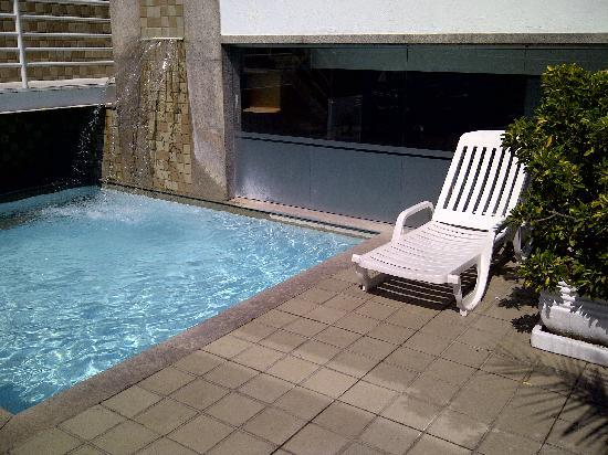 Orla Copacabana Hotel: Pool and mini-waterfall
