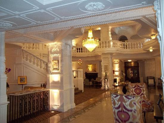 เซนท์เออร์มินส์โฮเต็ล: Lobby in the evening