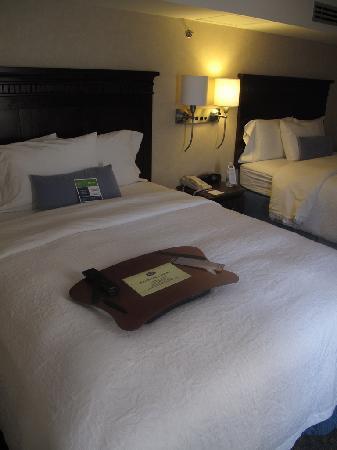 แฮมป์ตัน อินน์ สวีท เม็กซิโกซิตี้เซ็นโทร ฮิสทอริโค: Bed with portable laptop desk