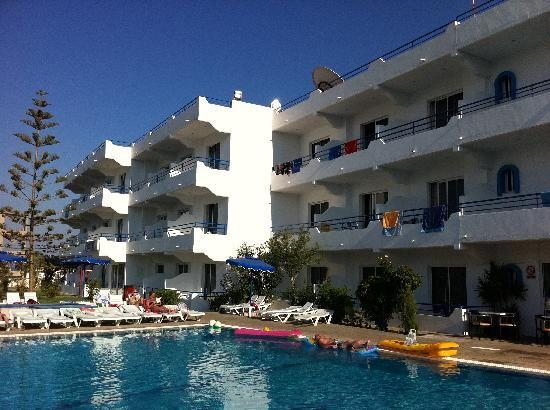 Rodos Sun: Pool and view of apartments