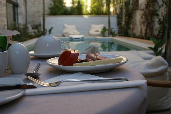Rimondi Boutique Hotel : Swimming pool and breakfast