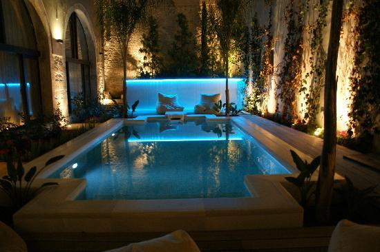 Rimondi Boutique Hotel: Swimming pool at night