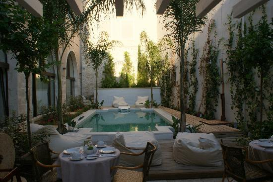 Rimondi Boutique Hotel: Swimming pool in the afternoon
