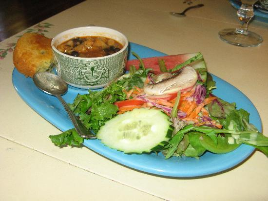 Sweet Harmony Cafe & Bakery: Soup of the day w/petitte salad