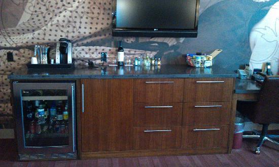 โรงแรม ดิ ไอรอน ฮอร์ส: Bar with plenty of drawer space, safe, and stocked fridge