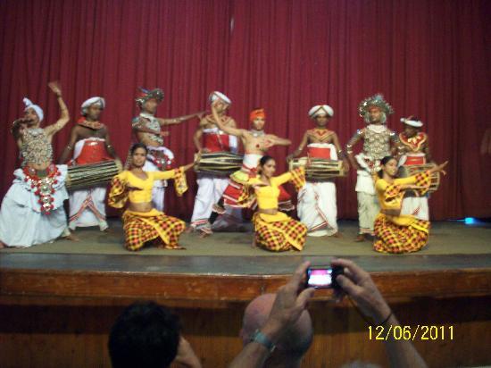 วัดพระเขี้ยวแก้ว: Kandy's cultural dance 1