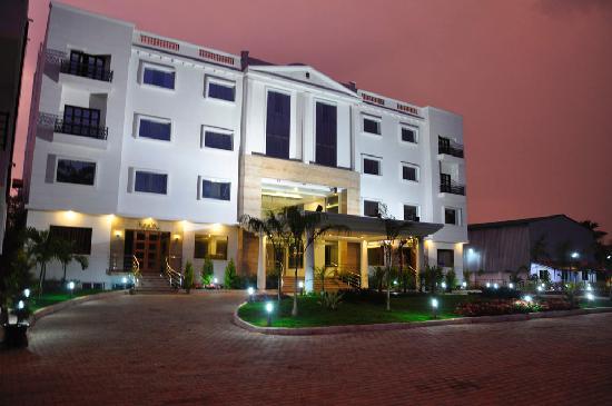 เดอะ ซาย ลีลา: Hotel Front View