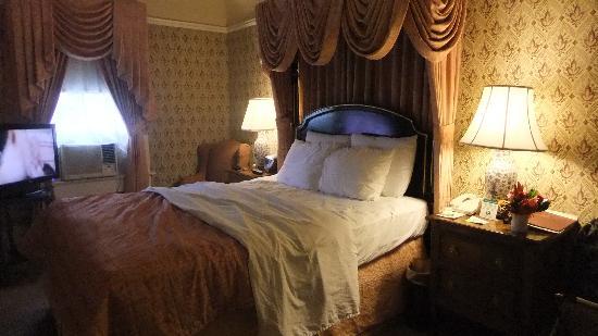 โรงแรมมาเจสติค: Queen bed- 5Th floor side back