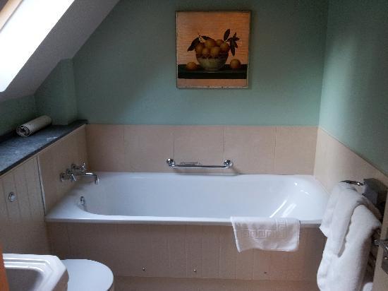 โรงแรมแฮร์ แอนด์ ฮาวด์: Lilac bathroom