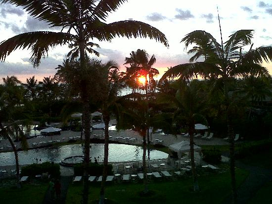 Waikoloa Beach Marriott Resort & Spa: Sunset from the 4th floor middle building