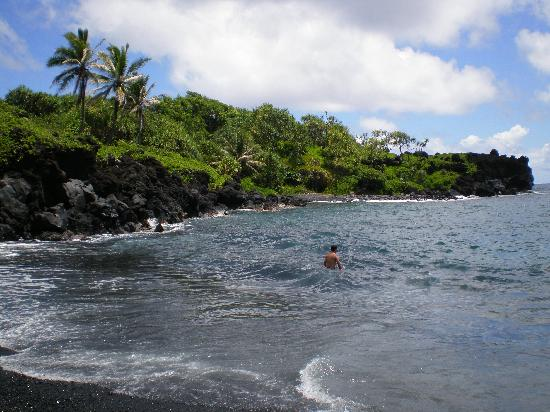 Wai'anapanapa State Park: View from waters edge