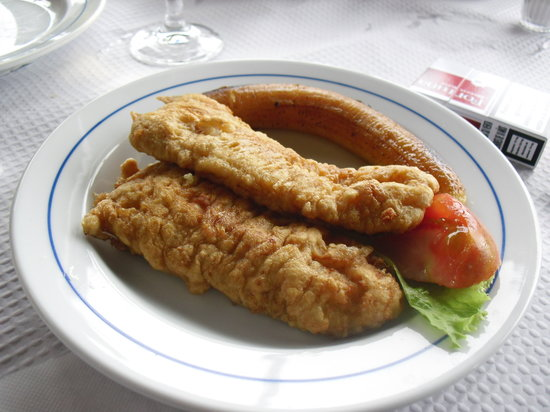 Frente al Mar: pescado típico. se presenta rebozado, está genial