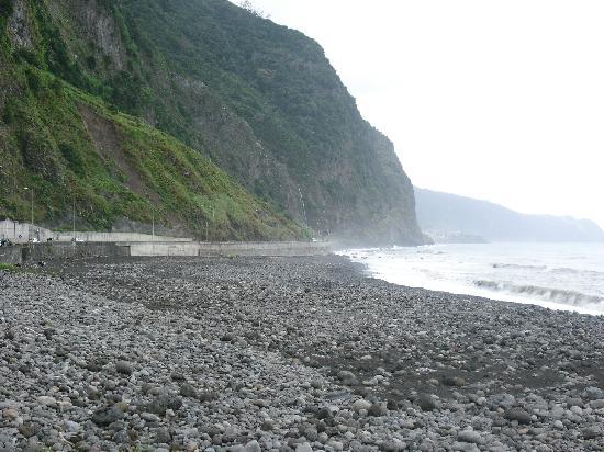 Frente al Mar: playa de delante con piedras.