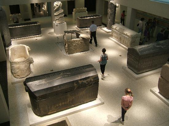 พิพิธภัณฑ์ใหม่: General Shot of some of the current basement level exhibits