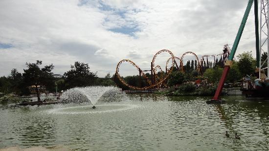 Parc Asterix: Vue sur le Lac et l'attraction Goudurix