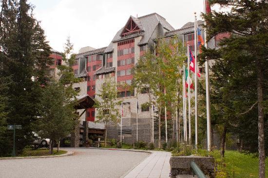 Hotel Alyeska: Front of Hotel