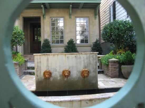 Charleston History Tours: courtyard framed by hole in fence