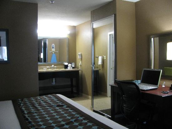 Best Western Huntsville Inn & Suites: large vanity with two floor length mirrors in room