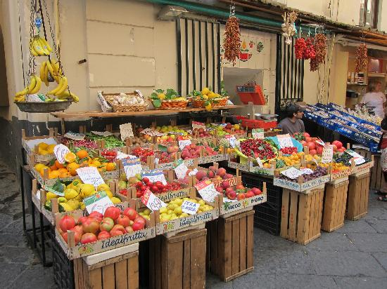 B&B DolceVita: The fruit and vegetable stand a few doors away from the B&B