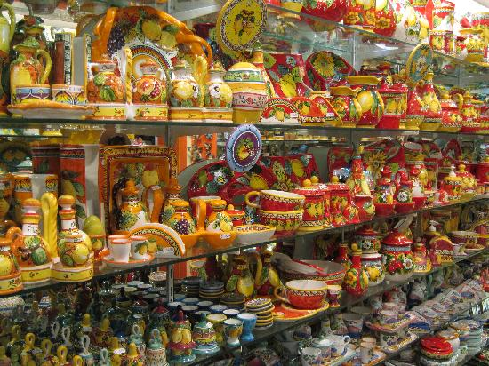B&B DolceVita : One of the many pottery shops