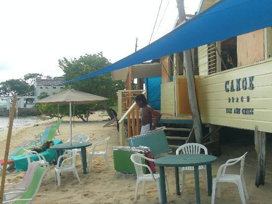 Canoe Bar: Outside view of beach and bar restaurant