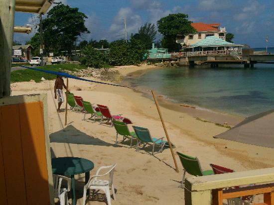 Canoe Bar: rasta setting up for the day