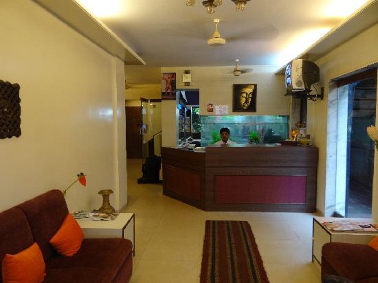 Hotel Red Palm : Etwas enge Lobby mit Fernsehern und kostenlosemWifi