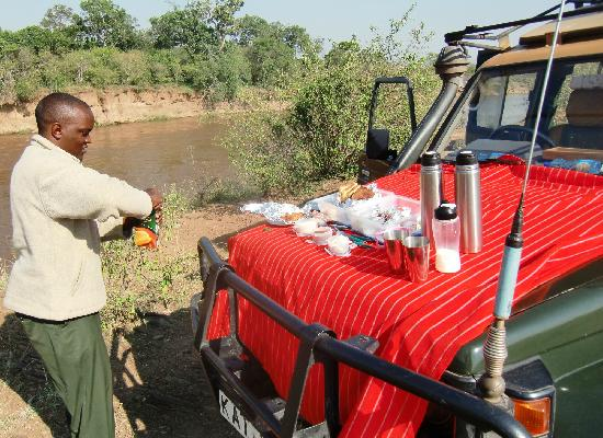 Mara Bush Camp: breakfast enroute at the mara river