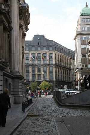 บรัสเซลส์ มาริออทโฮเต็ล: Front of Hotel (note McDonalds on ground floor)