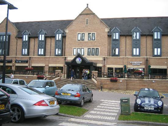 Village Hotel Leeds North: Front view of Village Hotel