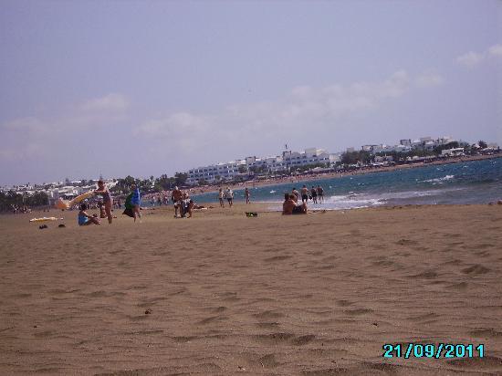 Hotel Lanzarote Village: photo taken from sunbed on beach