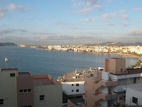 Hotel Playasol Maritimo: road above hotel looking towards airport