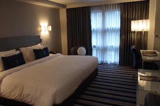 Best Western Plus at 20 Sukhumvit: king sized bed