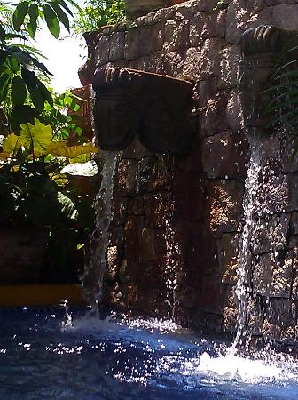 La Quinta Troppo: pool fountain